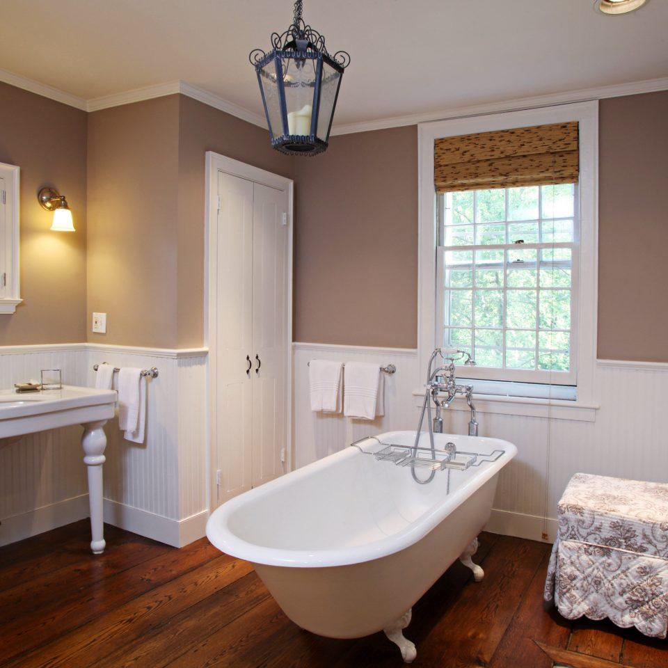 Bath Country Elegant Inn bathroom property home cottage cuisine classique hardwood Kitchen farmhouse tub