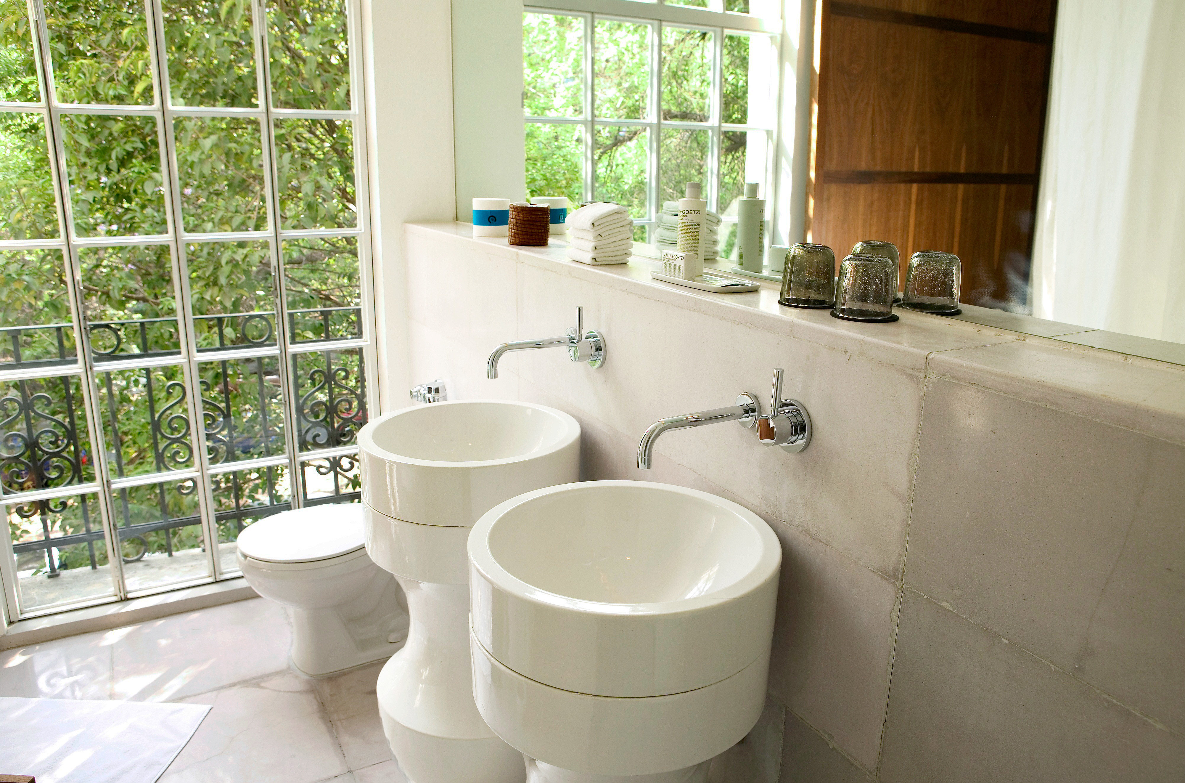 Bath Hip Modern bathroom property bidet home plumbing fixture flooring tub