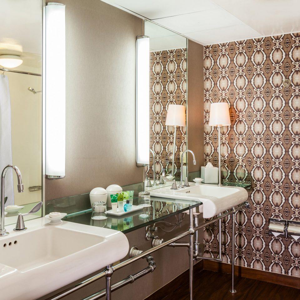 Bath Hip Modern bathroom sink property toilet home Suite condominium cottage tub bathtub tile tiled