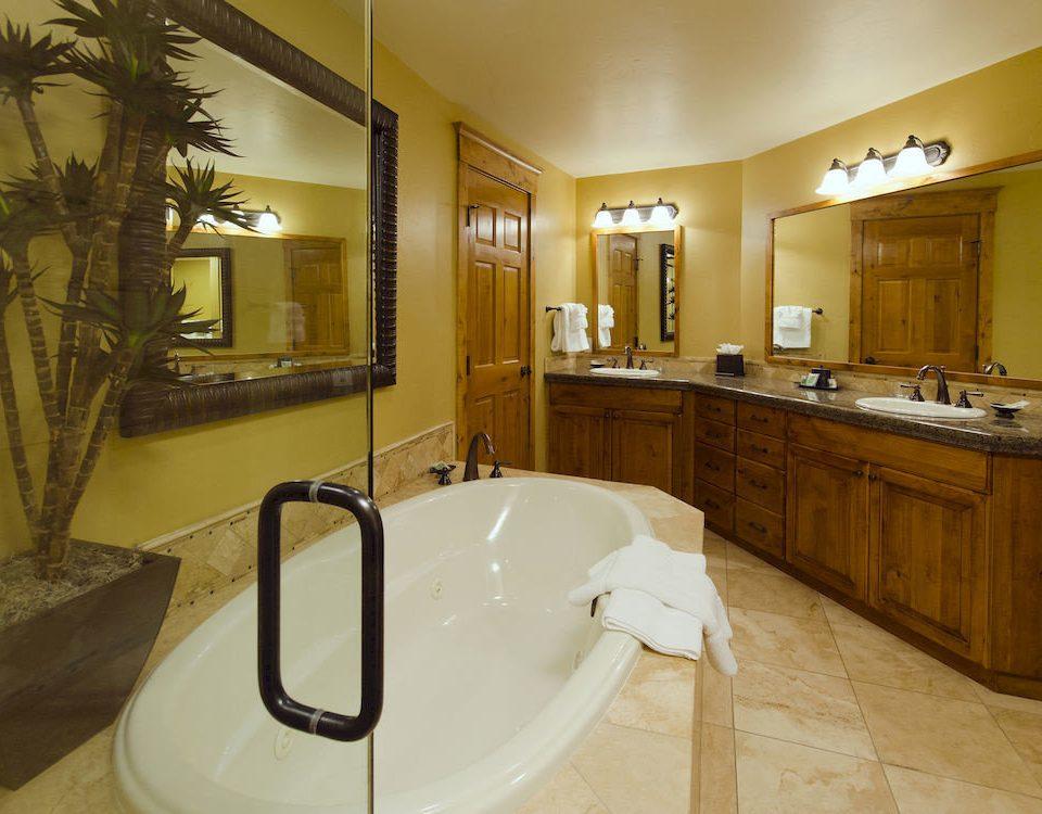Bath Hot tub Hot tub/Jacuzzi Resort bathroom property home sink Suite bathtub tub toilet tiled