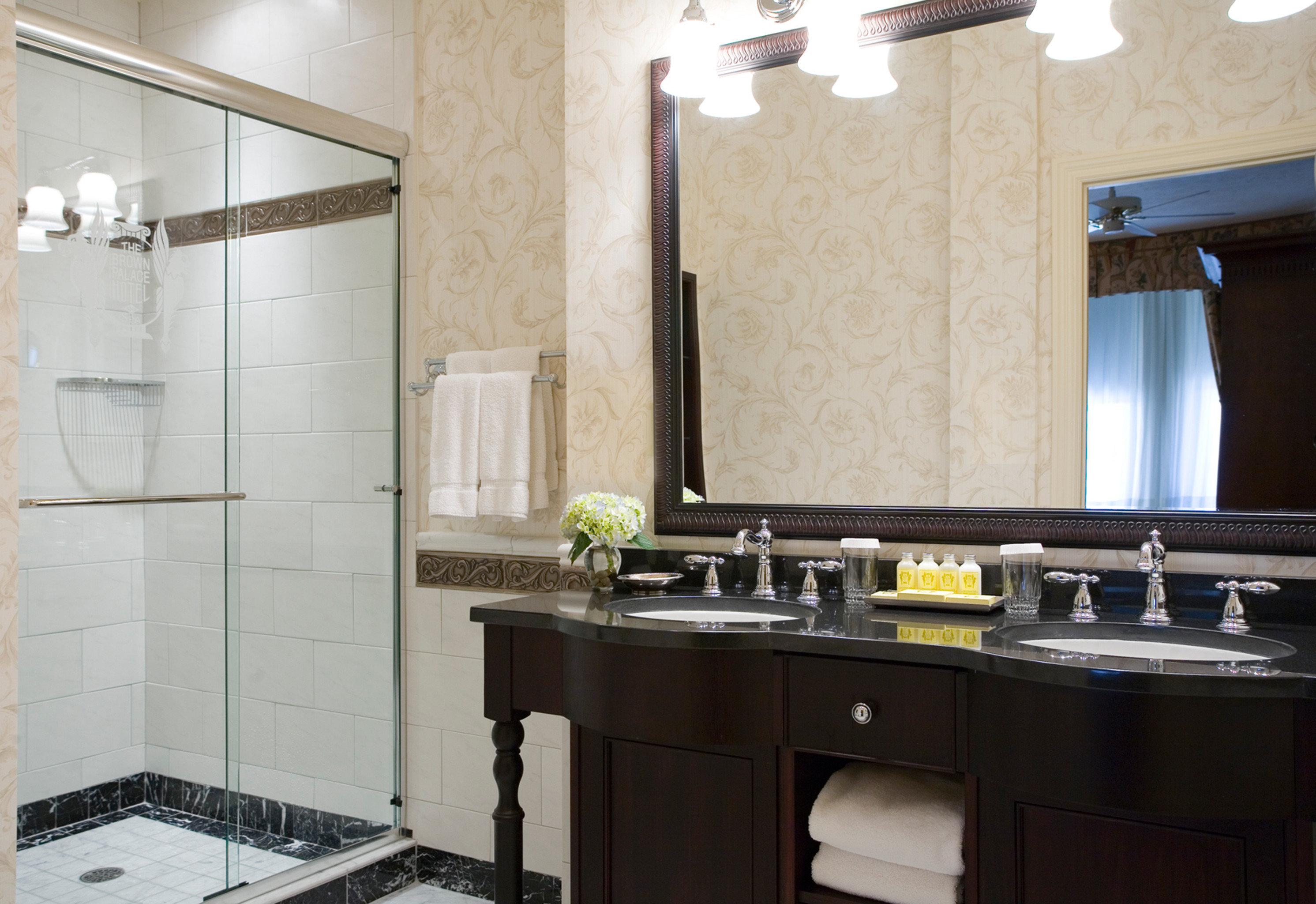 bathroom property Kitchen sink countertop cabinetry home cuisine classique cottage tile tub bathtub Bath tiled