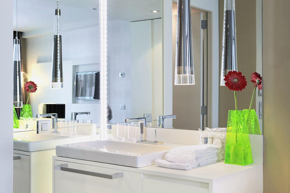 bathroom sink property mirror home white plumbing fixture Kitchen cottage clean tub bathtub Bath
