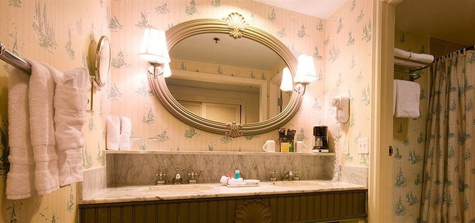 bathroom mirror sink property towel home Kitchen cottage toilet Bath tub tile bathtub