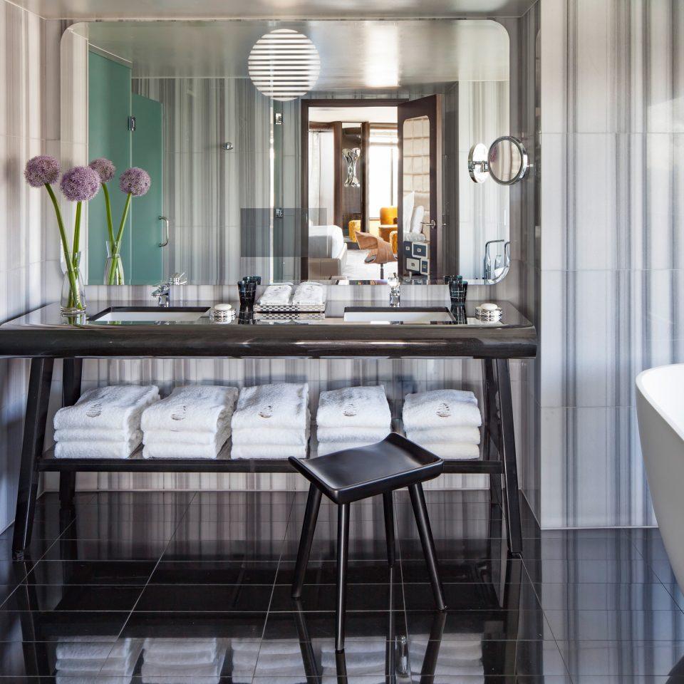 bathroom property home Kitchen Suite cottage tub tiled bathtub Bath