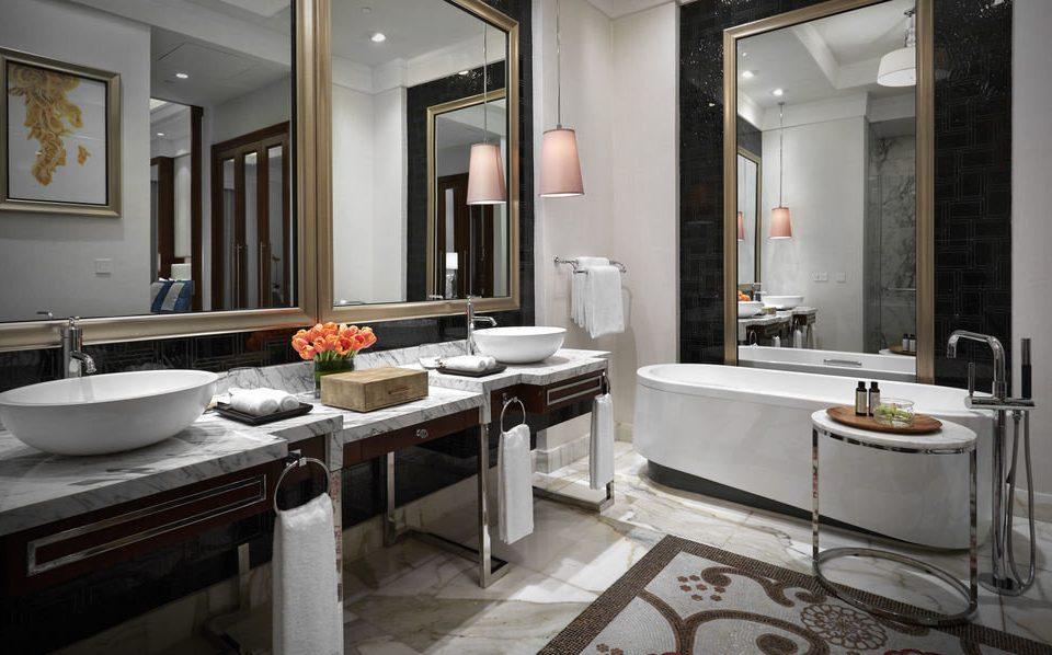 bathroom sink mirror property Kitchen home cuisine classique countertop Suite cabinetry flooring cottage tub bathtub tile Bath