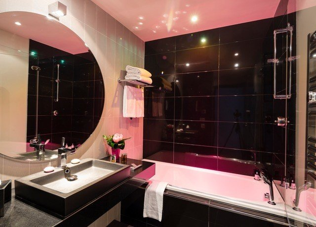 bathroom property Suite Lobby Modern tiled tub tile Bath