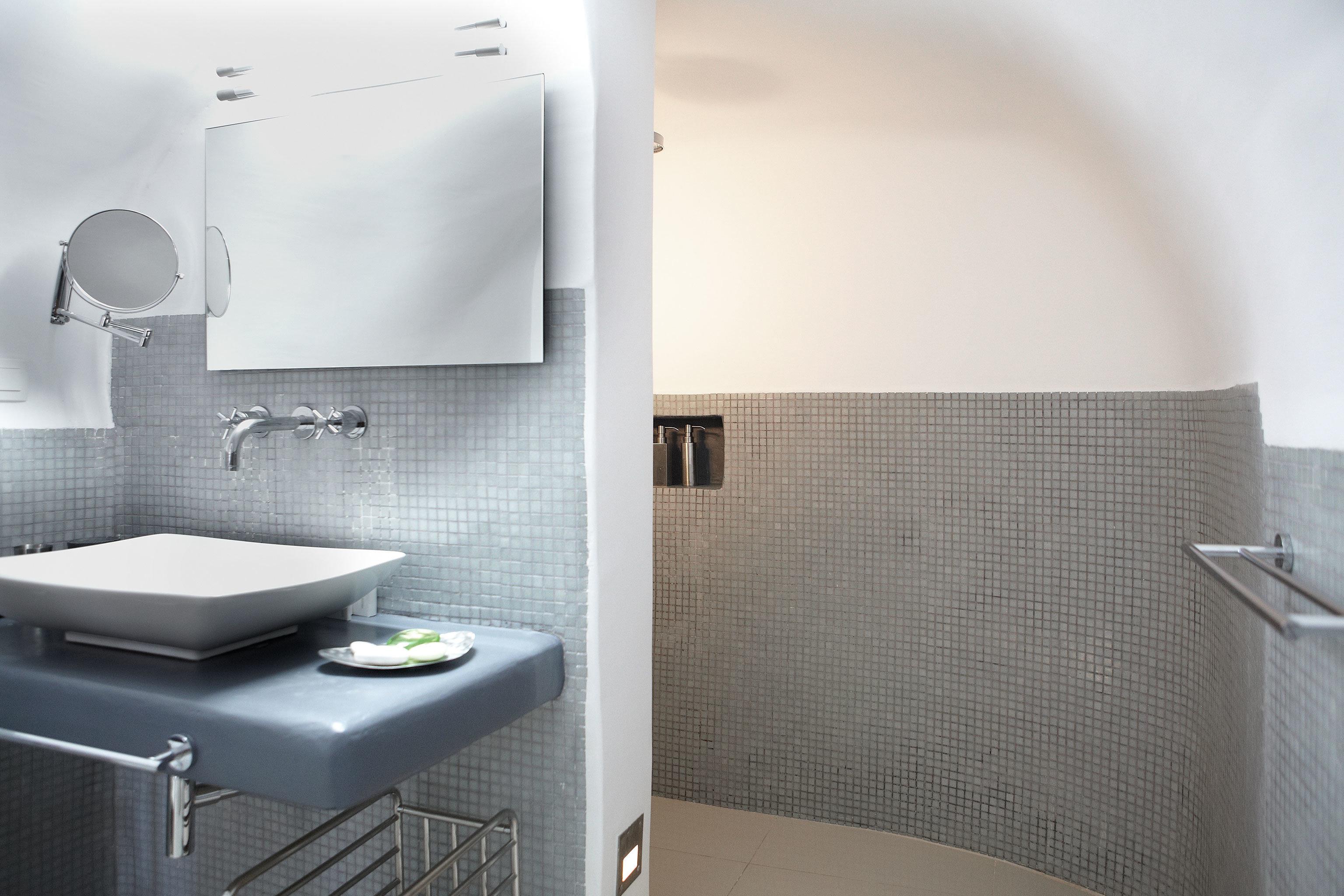 Bath Luxury Modern bathroom property bidet sink Suite bathtub tiled tile
