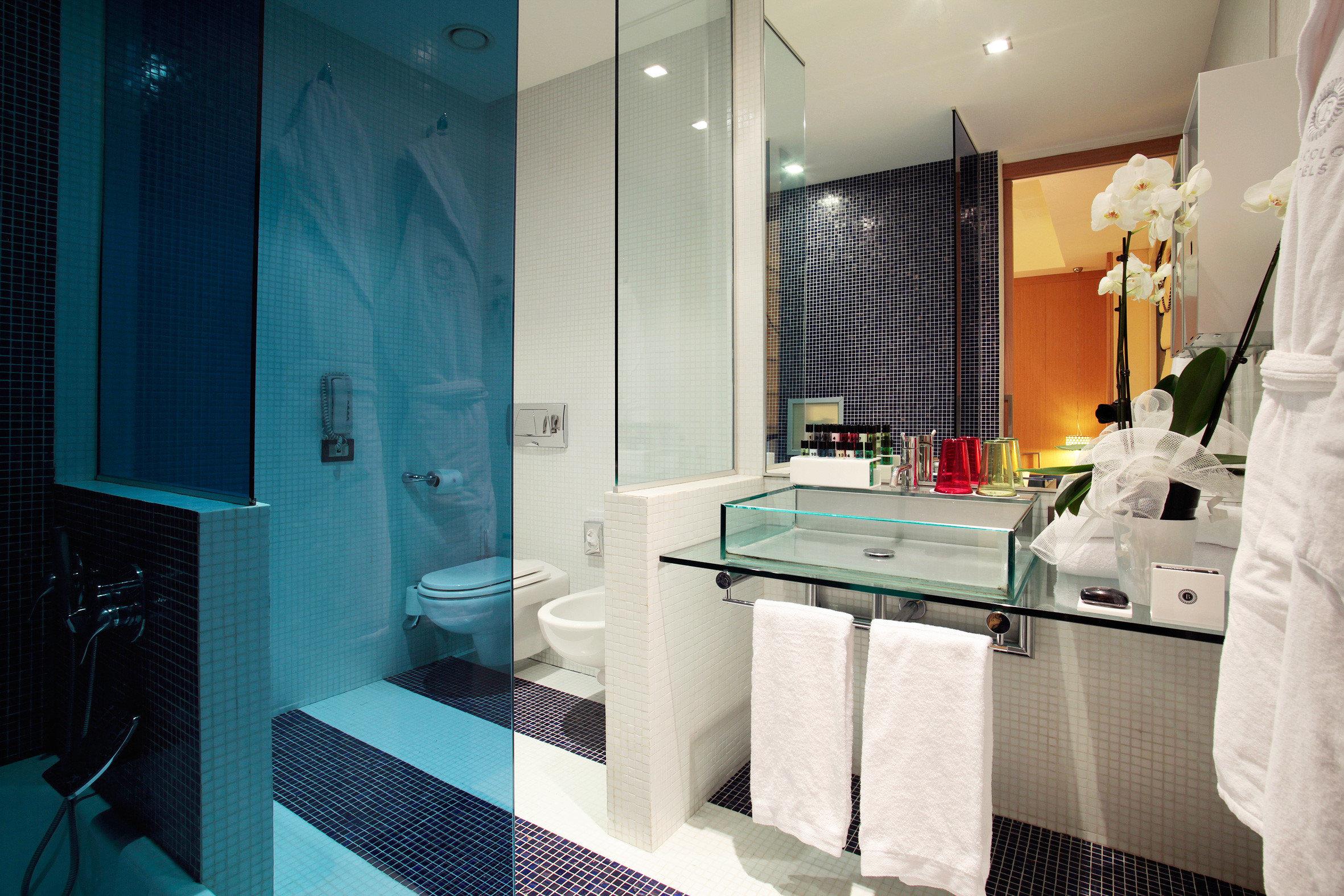 Bath Luxury Modern bathroom mirror property sink Suite white home