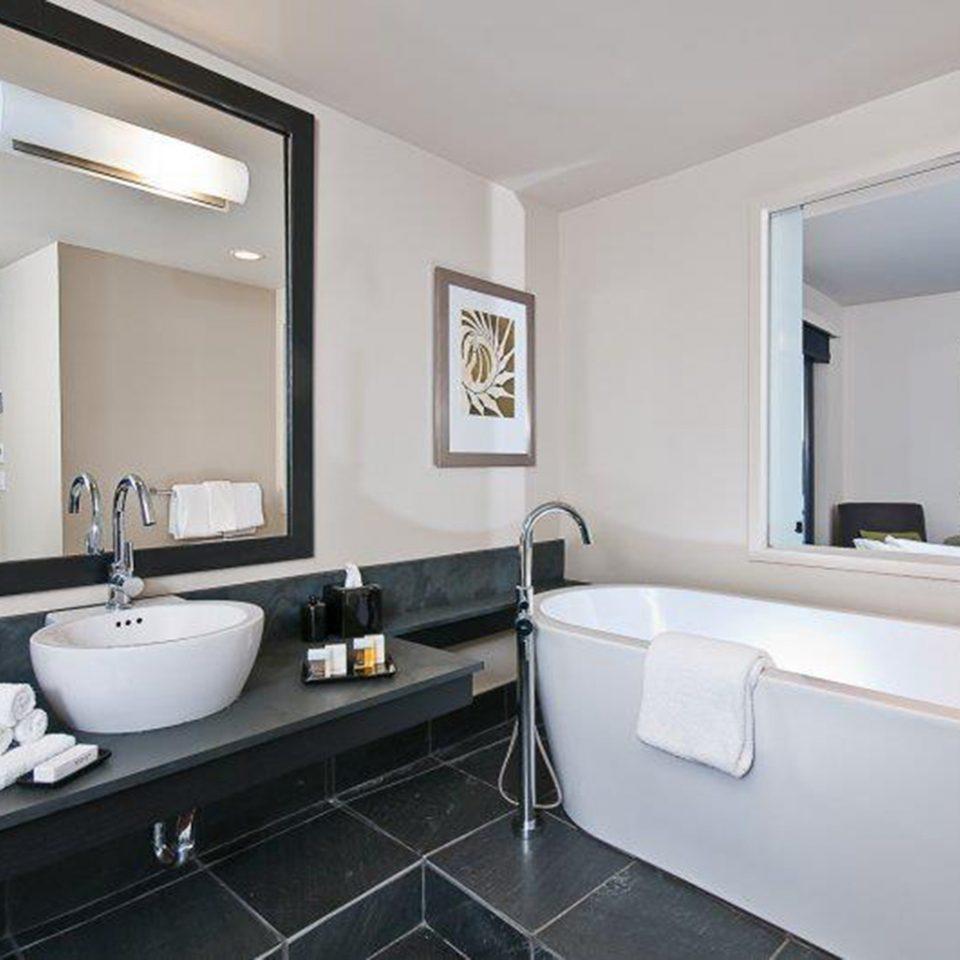 Bath Modern Resort bathroom property mirror sink Suite bathtub home bidet tub