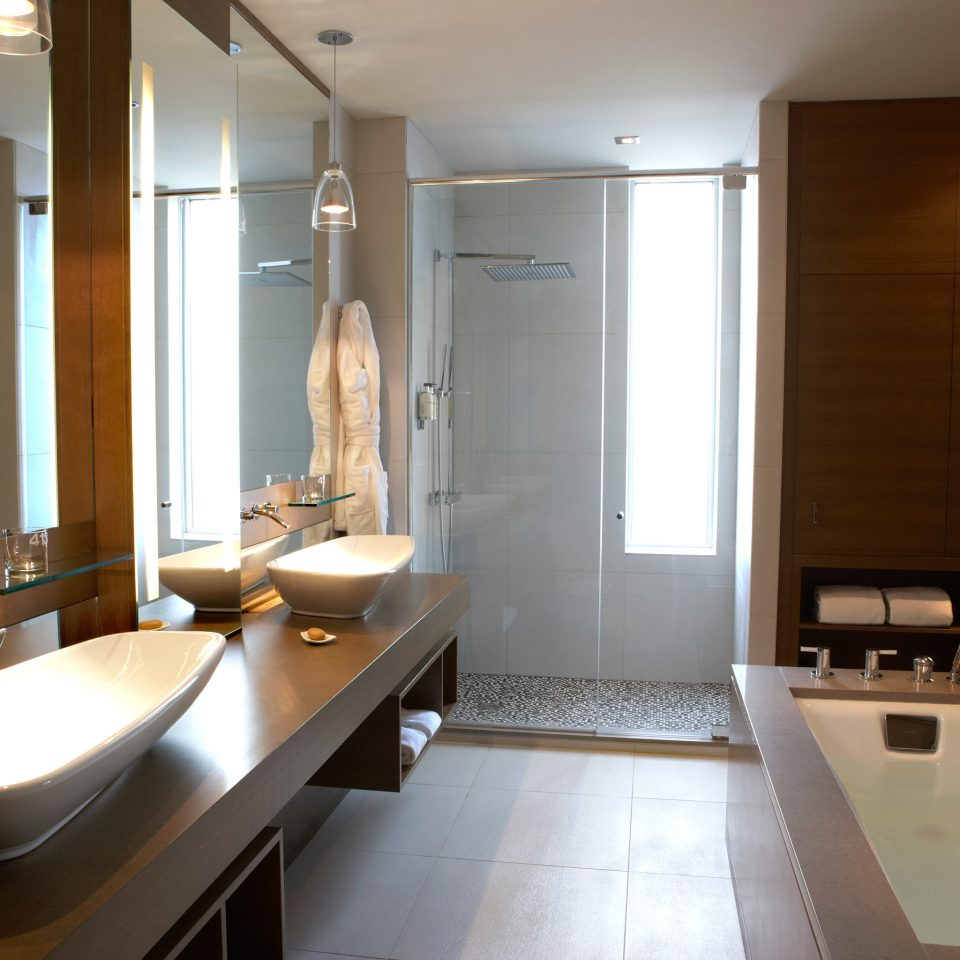 Modern Resort bathroom sink property home toilet Suite countertop light condominium tub tile bathtub Bath tiled