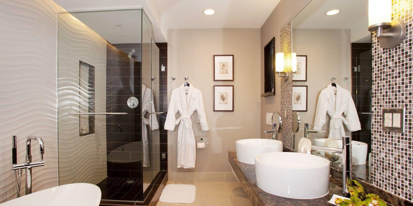 bathroom mirror sink property home Suite vanity Bath tub Modern clean bathtub rack