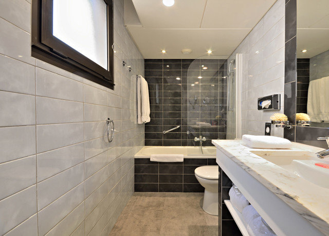 bathroom property flooring sink tub home toilet tile Suite bathtub tiled Bath Modern
