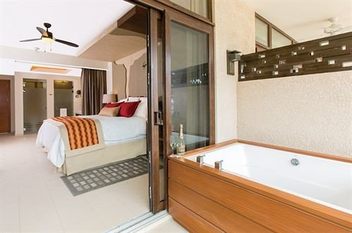 property cottage Suite Modern tub Bath