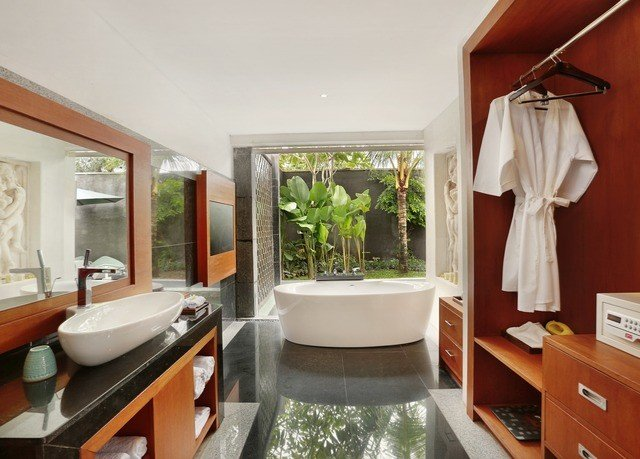 bathroom property home sink cottage Suite condominium Villa Modern tub Bath bathtub