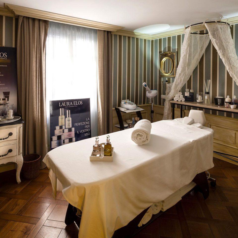 Spa property Suite home restaurant sink living room tub Bath