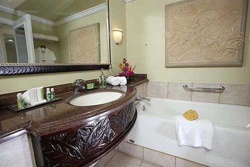 bathroom property sink home Suite cottage countertop Bath tub bathtub