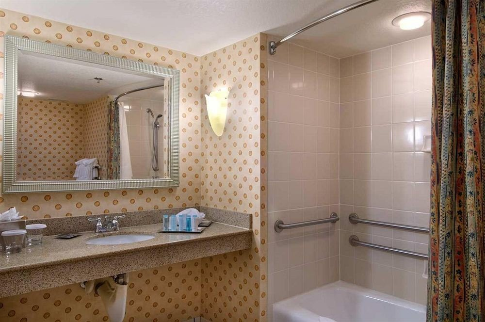 bathroom property mirror sink Suite cottage Bath tub bathtub