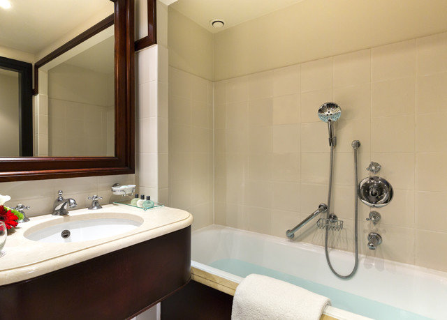 bathroom sink mirror property bathtub plumbing fixture tub Suite bidet Bath toilet