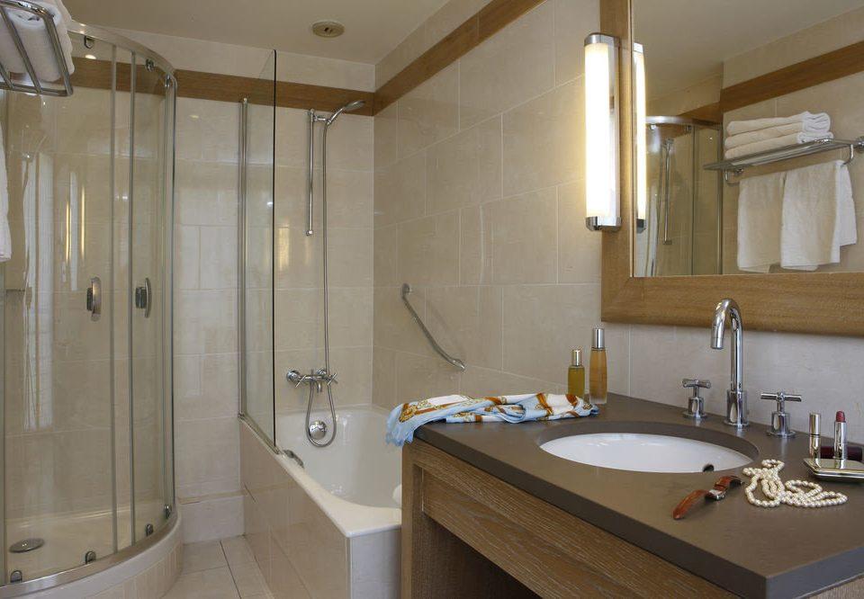 bathroom sink property Suite cottage toilet clean tub tile bathtub Bath tan