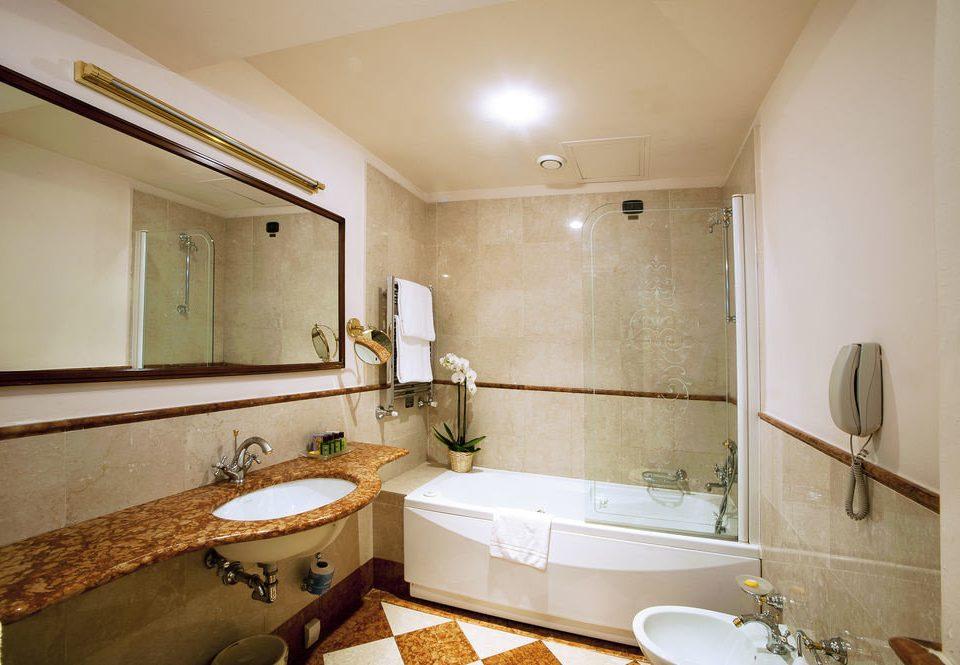 bathroom property home Suite cottage sink tub Bath bathtub