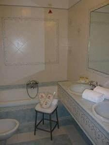 bathroom property sink tub swimming pool Suite cottage jacuzzi bathtub Bath tiled