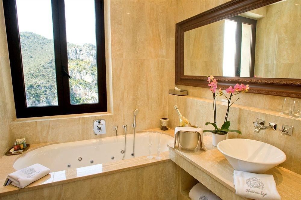 bathroom sink property home cottage Suite bathtub farmhouse tub Bath