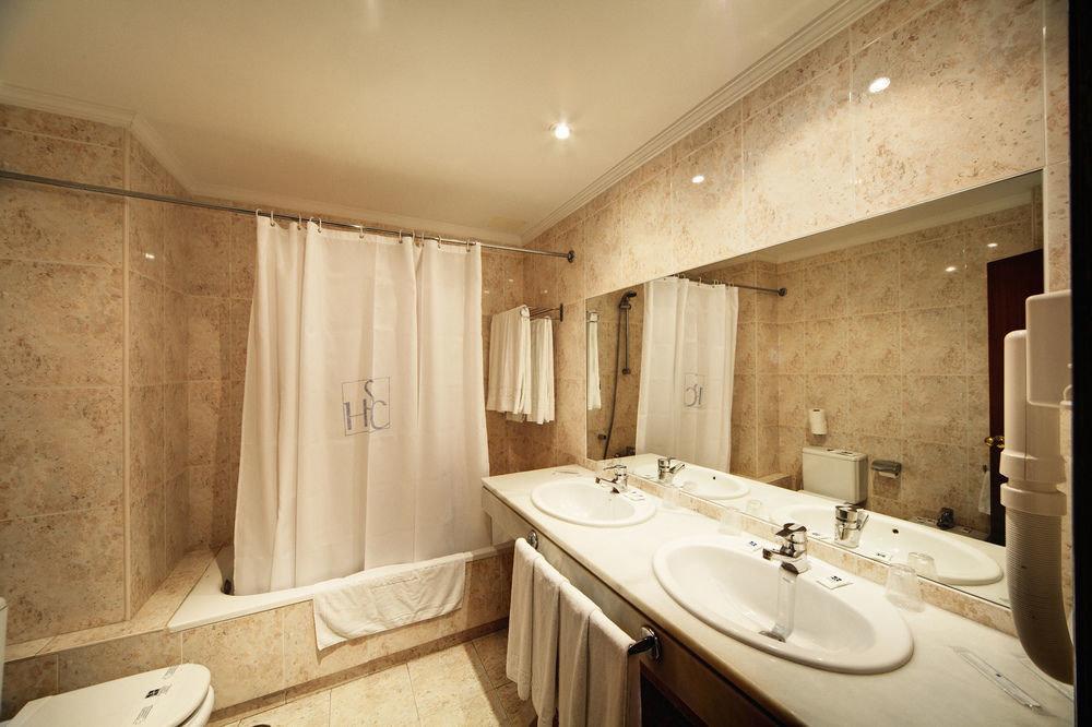 bathroom sink property mirror toilet Suite home tub tile bathtub Bath