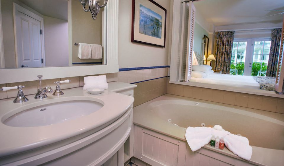 bathroom sink property home Suite white toilet mansion cottage tub bathtub Bath tile