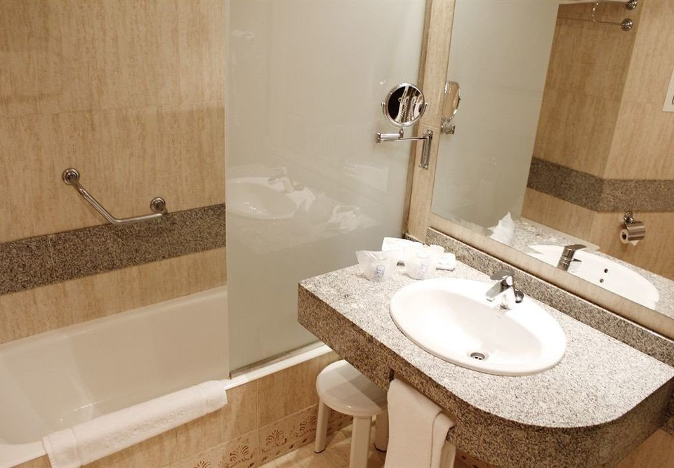 bathroom sink mirror property vessel toilet flooring bidet plumbing fixture Suite cottage tub tiled tile bathtub tan Bath