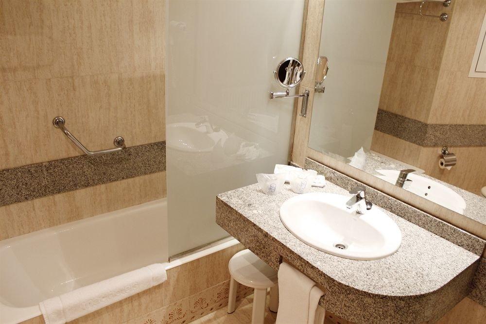 bathroom sink mirror property vessel toilet flooring bidet plumbing fixture Suite cottage tub tiled tile bathtub tan Bath