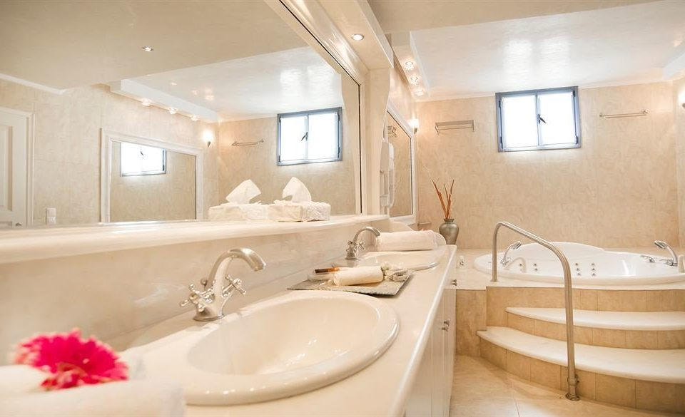 bathroom sink mirror property Suite bathtub tub Bath
