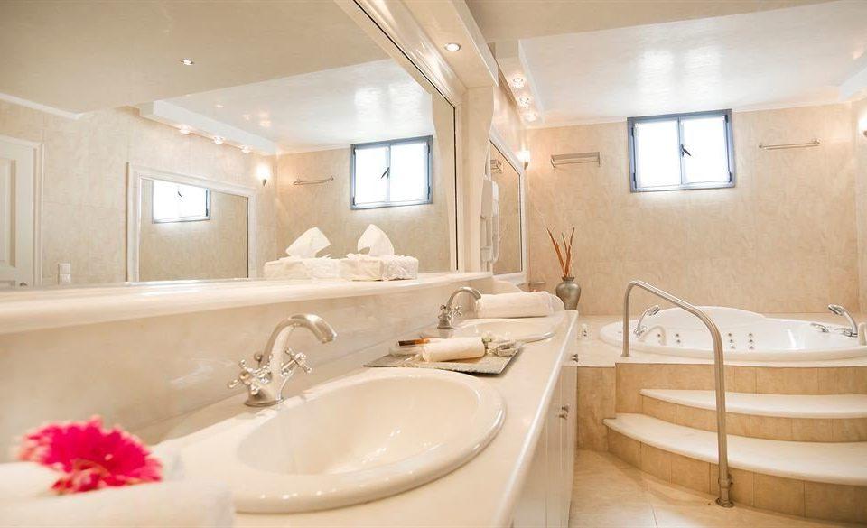 bathroom sink mirror property Suite bathtub tub Bath