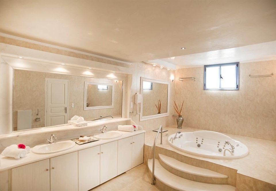 bathroom property home Suite sink bathtub tub Bath