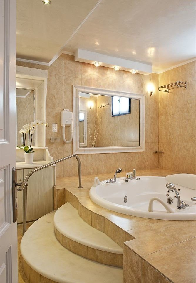 bathroom property sink scene home tub Suite flooring bathtub big toilet Bath tile tan