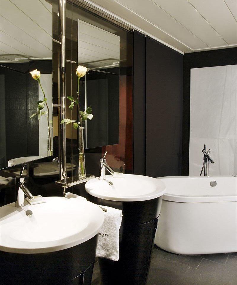 bathroom property sink home plumbing fixture white Suite bidet tub bathtub tiled Bath