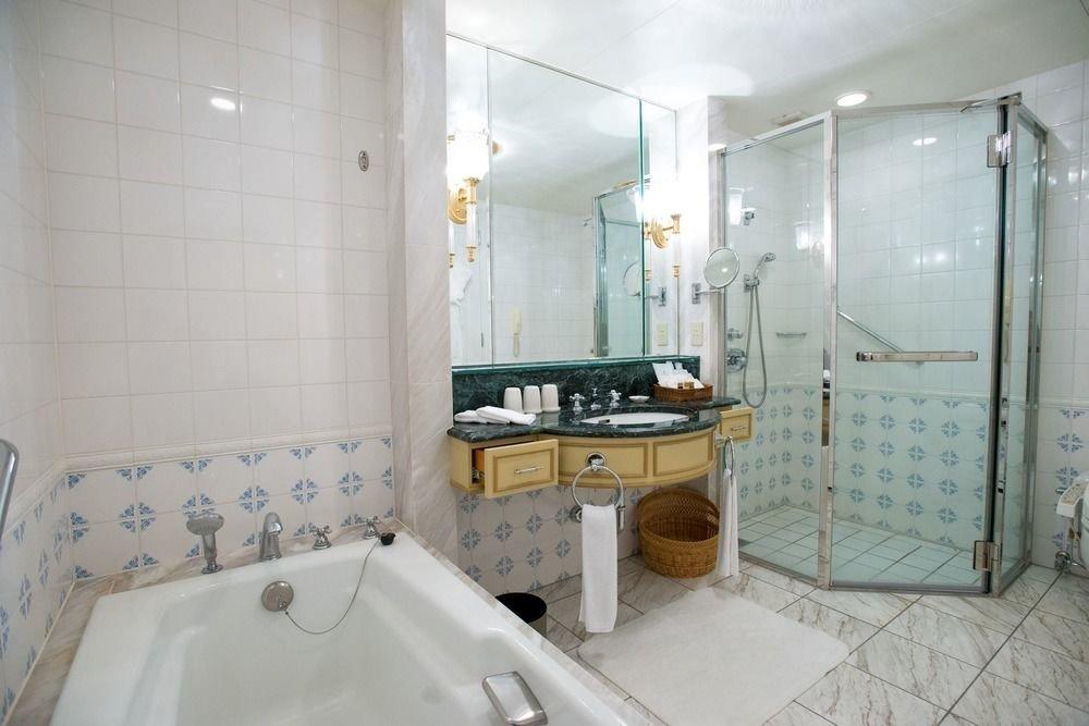 bathroom property toilet swimming pool sink bathtub tub Suite plumbing fixture Bath tile tiled