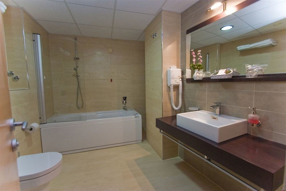 bathroom property sink swimming pool home bathtub plumbing fixture Suite tub Bath