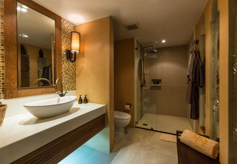 bathroom mirror property sink Suite home tub Bath bathtub