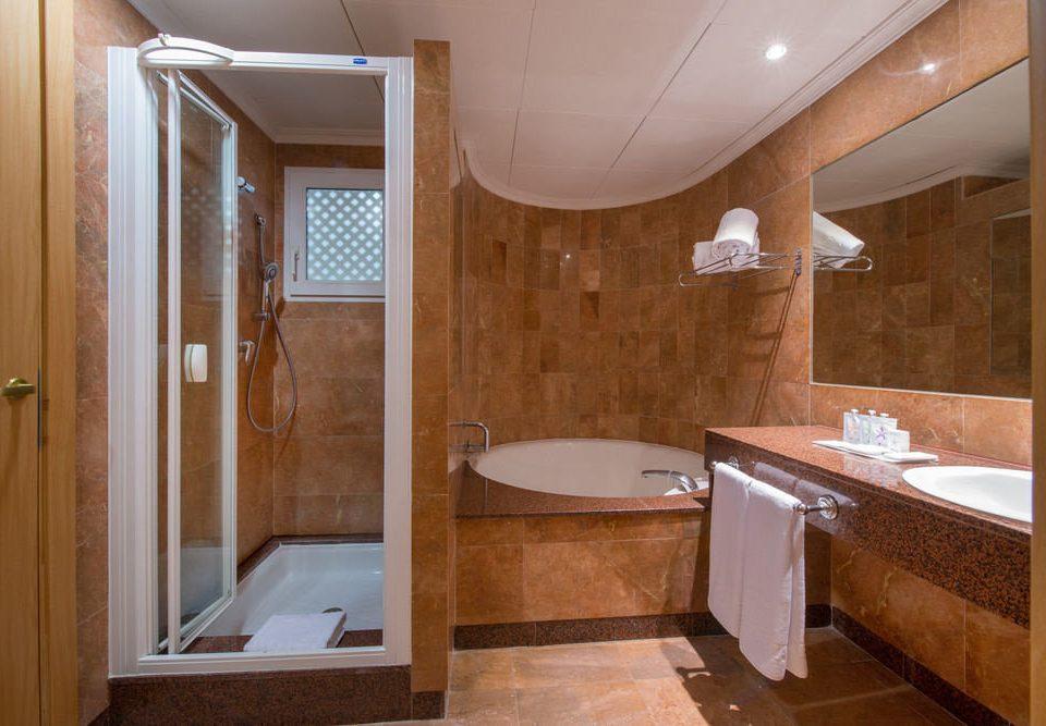 bathroom property sink tub Suite cottage toilet bathtub tile Bath tiled