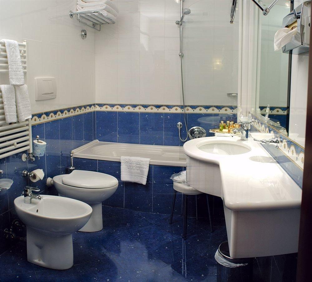 bathroom sink mirror property toilet Suite tile tub bathtub tiled Bath
