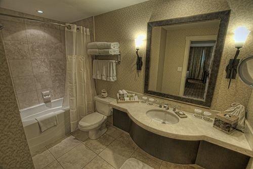 bathroom property sink toilet home Suite mansion cottage flooring tub tile Bath bathtub tiled