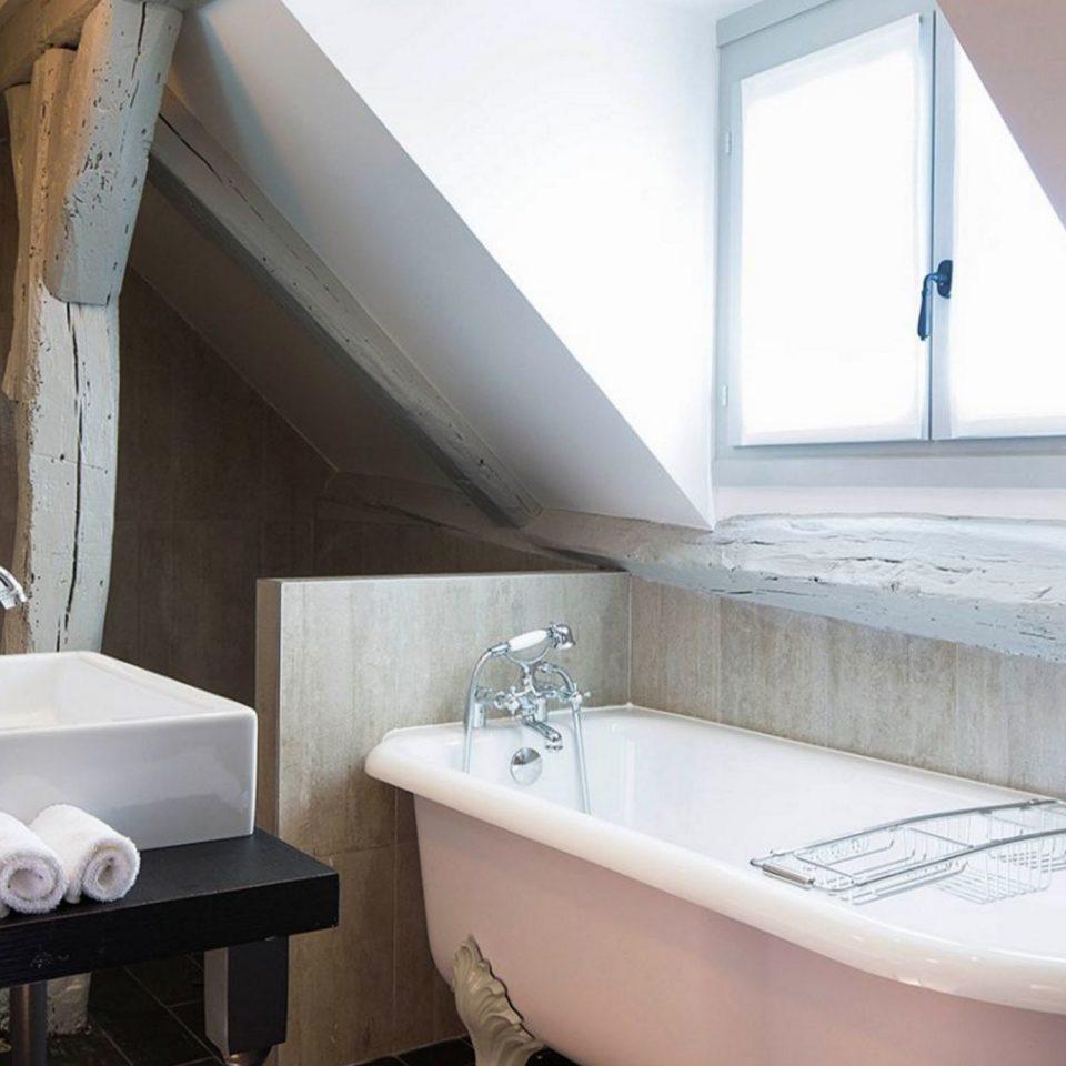 bathroom property sink house home bathtub daylighting toilet vessel Suite bidet tub Bath tan tiled