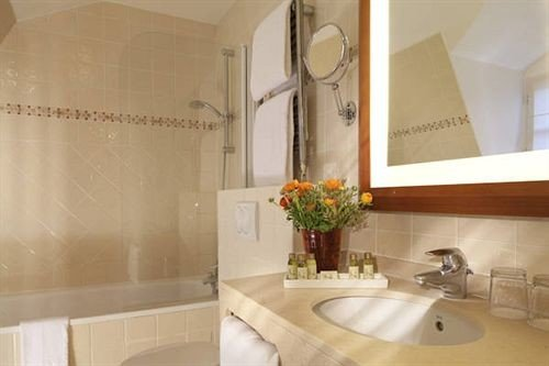 bathroom property Suite sink home cottage toilet tub Bath bathtub
