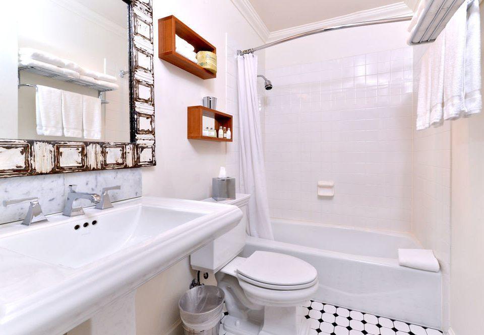 bathroom property toilet white home sink Suite bathtub bidet plumbing fixture cottage tub tile Bath tiled
