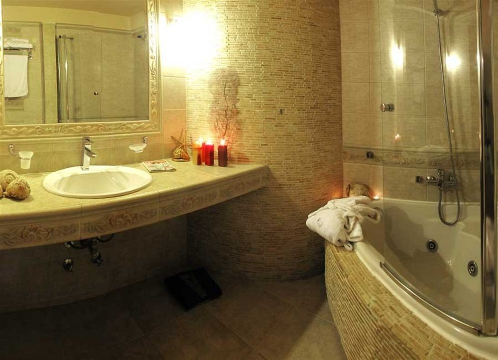 bathroom sink mirror property swimming pool jacuzzi Suite bathtub toilet tub vessel tile Bath water basin tiled