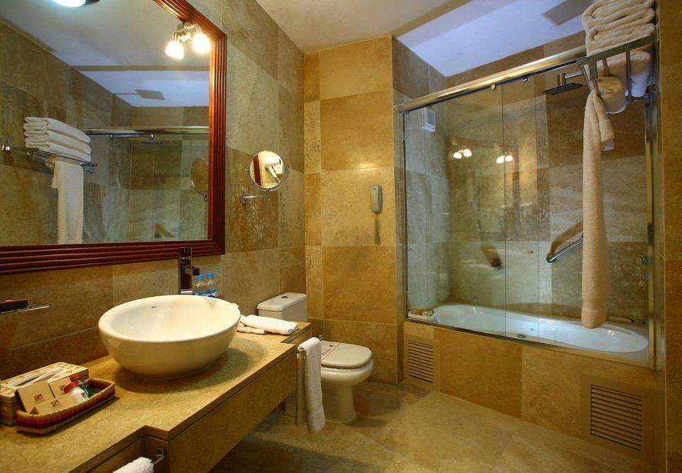 bathroom sink property home Suite tub cottage Bath bathtub