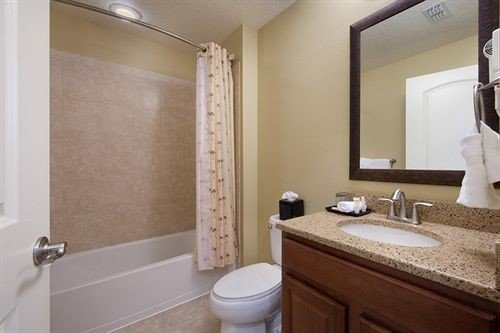 bathroom mirror sink property toilet Suite cottage clean Bath tub bathtub