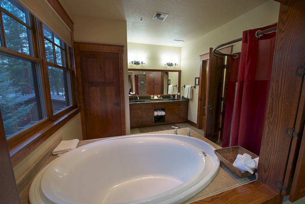 bathroom property house sink tub home cottage swimming pool Suite bathtub Bath toilet