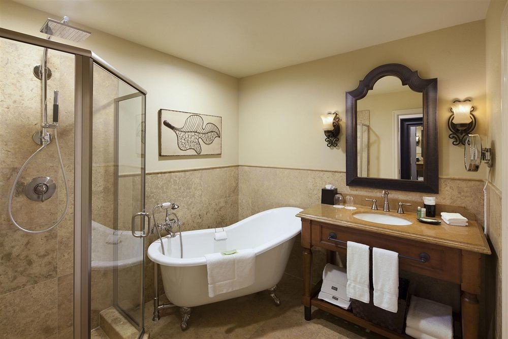 Bath bathroom property mirror sink home toilet cottage Suite plumbing fixture tub bathtub