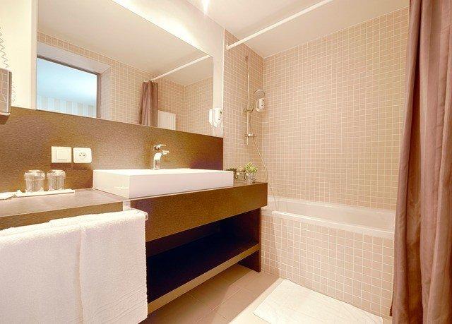 bathroom property mirror sink Suite tub condominium bathtub Bath